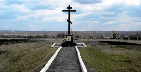 п. Новодворский Касторенского р-на. Поклонный крест в память о погибших узниках концлагеря ДУЛАГ 231.