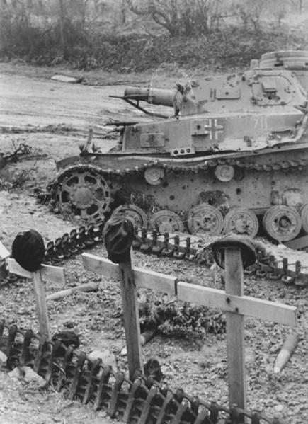 Подбитый немецкий танк и могила экипажа рядом с ним. Июнь 1941 г.