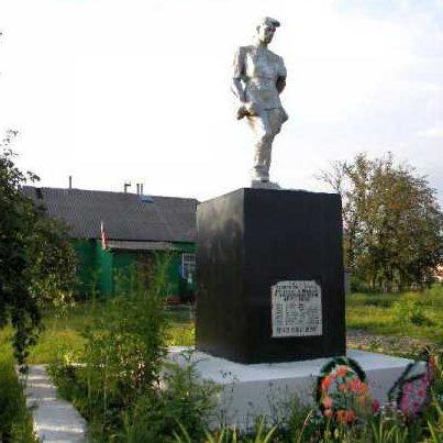 с. Илек. Беловского р-на. Памятник, установленный на братской могиле, в которой захоронено 10 советских воинов.