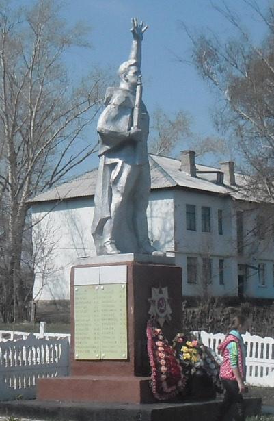 п. Новокасторное Касторенского р-на. Памятник, установленный в 1975 году на братской могиле, в которой захоронено 128 советских воинов. Скульптор - Супаневым Ф.В.