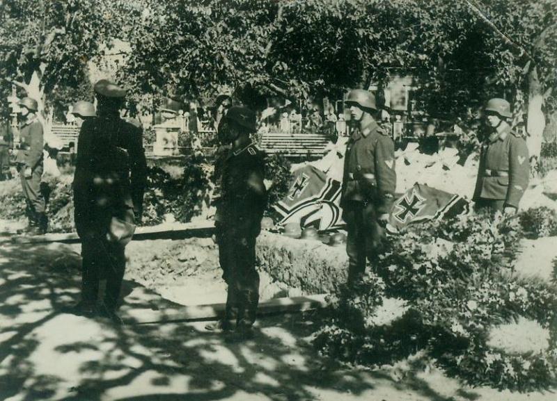 Похороны немецких солдат в сквере возле кинотеатра «Товарищ». Июнь 1941 г.