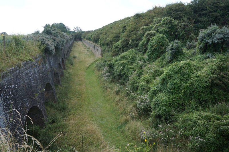 Сухой ров вокруг форта.