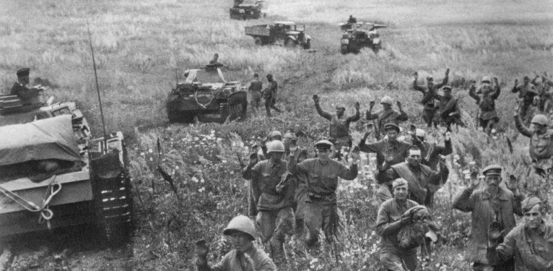 Красноармейцы под Киевом сдаются в плен.