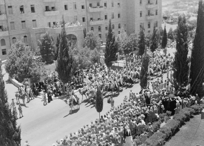Кавалеристы-арабы британской армии на улице Иерусалима во время парада. Июнь 1945 г.