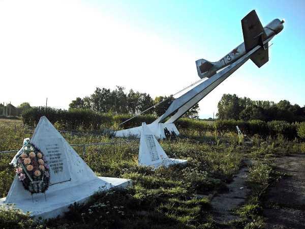 п. Коммунар Беловского р-на. Памятник погибшим лётчикам на Курской дуге, установленный на бывшем аэродроме.