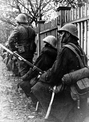 Румынская пехота в советской деревне. 1942 г.