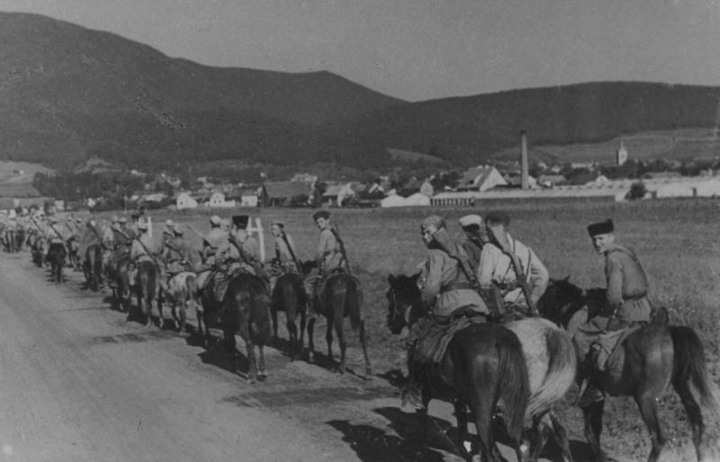 Колонна советских кавалеристов на марше по дороге в Румынии. 1944 г.
