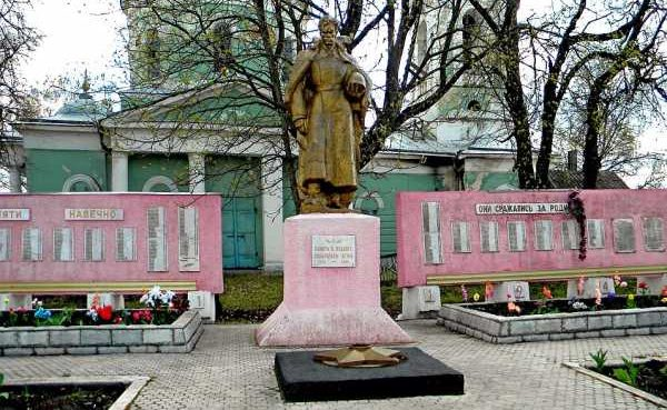 с. Афанасьево Обоянского р-на. Памятник, установленный в 1948 году на братской могиле, в которой захоронен 171 советский воин, в т.ч. 142 неизвестных.