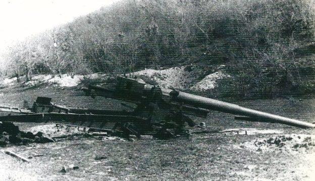 Разбитое орудие на мысе Мысхако. 1942 г.