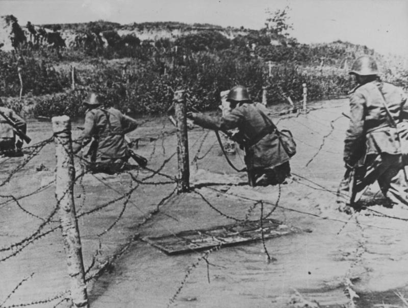 Румынские солдаты переходят вброд речку на Восточном фронте. 1942 г.