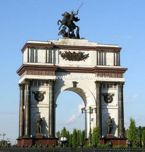 Триумфальная арка на вершине, которой установлена скульптура Георгия Победоносца.