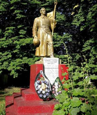 х. Кучеров Беловского р-на. Памятник, установленный в 1963 году в парке сельскохозяйственного техникума на братской могиле, в которой похоронен 71 советский воин, в т.ч. 37 неизвестных, погибших в феврале 1943 года.
