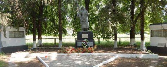 с. Зорино Обоянского р-на. Памятник, установленный в 1973 году на братской могиле, в которой захоронен 221 советский воин, в т.ч. 80 неизвестных.