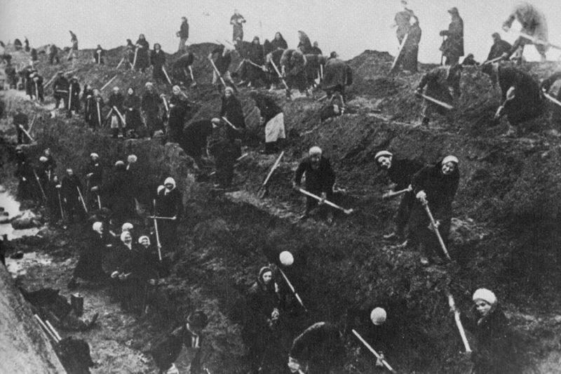 Москвичи копают противотанковый ров.