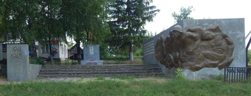 с. Каменка Обоянского р-на. Памятник, установленный в 1962 году на братской могиле, в которой захоронено 7 советских воинов, в т.ч. 1 неизвестный.