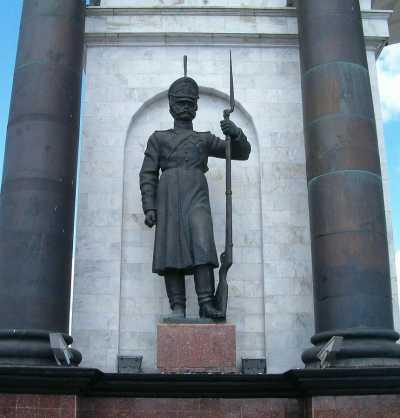 Фрагмент Арки. Гренадёр времен Отечественной войны 1812 г. Скульптор - И.А. Минин.