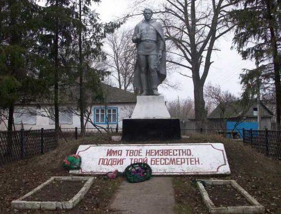с. Беляево Конышёвский район. Памятник на могиле неизвестного солдата у здания средней школы.
