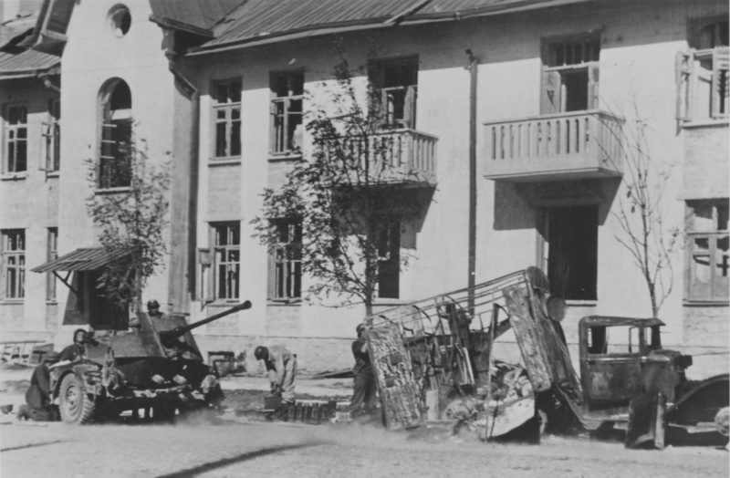 Расчеты немецких 37-мм зенитных орудий в Новороссийске. Сентябрь 1942 г.