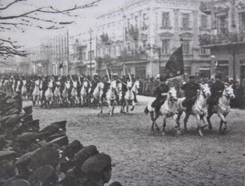 Кавалеристы Красной Армии на параде во Львове. Октябрь 1939 г.