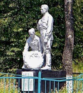 с. Жигаево Конышёвского р-на. Памятник, установленный в 1952 году на братской могиле, в которой захоронено 73 советских воина, в т.ч. 9 неизвестных.