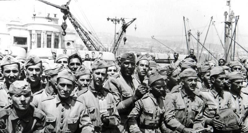 Солдаты бразильского экспедиционного корпуса на палубе транспортного судна, перед высадкой в порту Неаполя. Июль 1944 г.