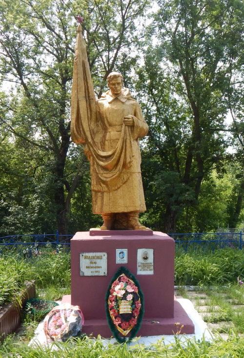 с. Нижнее Солотино Обоянского р-на. Памятник, установленный в 1948 году на братской могиле, в которой захоронено 52 советских воинов, в т.ч. 30 неизвестных.