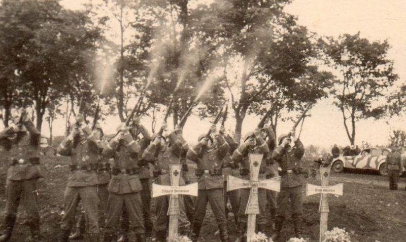 Немецкое кладбище на окраине города. 1942 г.