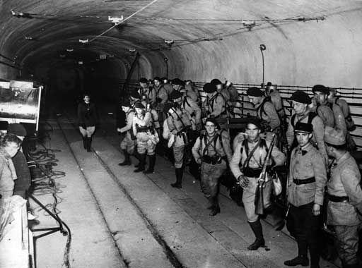 Военнослужащие форта в подземной галерее. 1938 г.