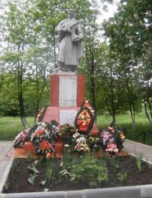 п. Конышевка. Памятник, установленный в 1953 году на братской могиле, в которой захоронен 231 советский воин, в т.ч. 5 неизвестных, погибших в феврале 1943 г.
