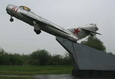 г. Обоянь. Памятник по улице Курской, установленный в 1990 году в честь лётчиков, погибшим на «Обоянской земле» во время войны.