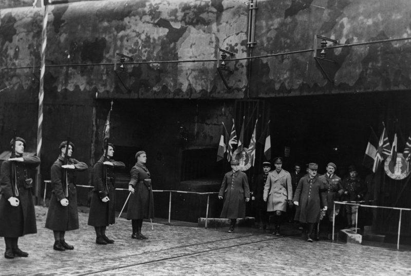 Король Великобритании Георг VI знакомится с фортом на линии Мажино.