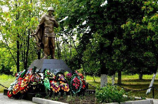 п. Конышевка. Памятник, установленный в 1953 году на братской могиле, в которой захоронен 183 советских воинов.