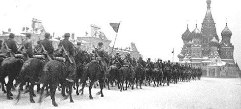 Конница идет парадом на фронт через Красную Площадь. 7 ноября 1941 г.