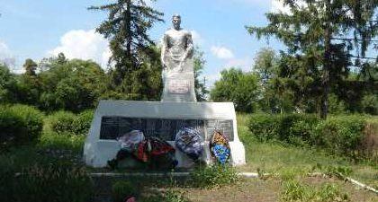 г. Обоянь. Памятник, установленный у школы в 1963 году на братской могиле, в которой захоронено 211 советских воинов, в т.ч. 148 неизвестных.