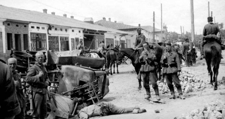 Улицы оккупированного города. 1941 г.