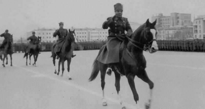 Маршал К. Ворошилов и генерал-лейтенант М. Пуркаев объезжают войска на военном параде в Куйбышеве 7 ноября 1941 г.
