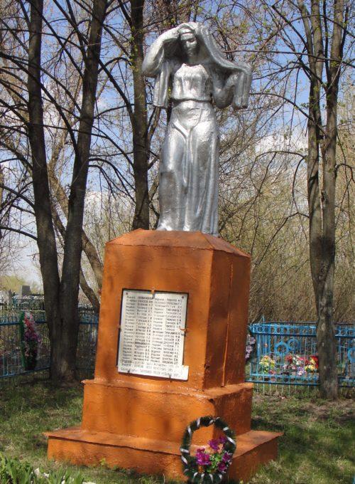 с. Машкино Конышёвского р-на. Памятник, установленный в 1952 году на братской могиле, в которой захоронено 50 советский воинов, в т.ч. 5 неизвестных, погибших в феврале 1943 г.