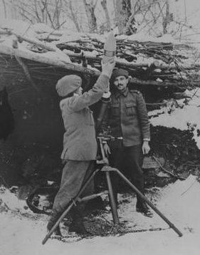 Горные стрелки с 120-мм минометом. Кавказ 1942 г.
