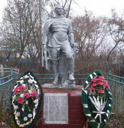 с. Платава Конышёвского р-на. Памятник, установленный в 1956 году на братской могиле, в которой захоронено 44 советский воинов, в т.ч. 2 неизвестных, погибших в феврале 1943 г.