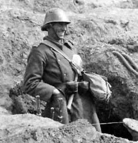 Румынский пехотинец в лисьей норе возле Севастополя. 1942 г.