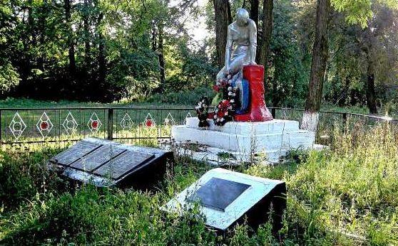с. Щеголек Беловского р-на. Памятник, установленный в 1963 году на братской могиле, в которой похоронено 45 советских воинов, погибших в марте 1943 г.