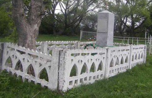 с. Юрьевка Конышёвского р-на. Памятник, установленный в 1950 году на братской могиле, в которой захоронено 11 советский воинов, в т.ч. 1 неизвестный.