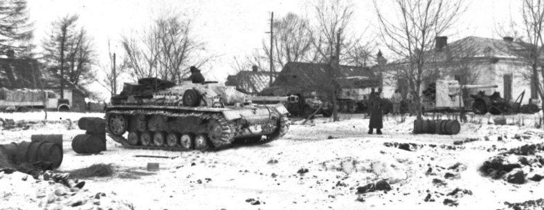 Немецкое штурмовое орудие StuG III в пригороде Новороссийска. Декабрь 1942 г.