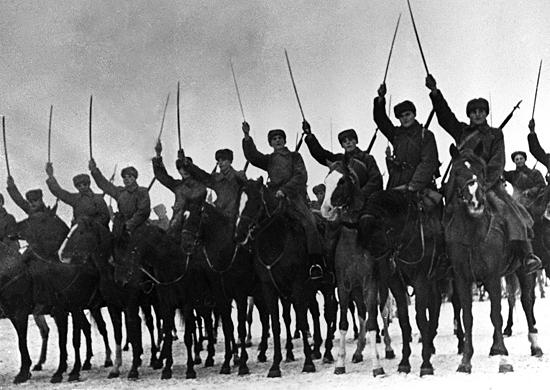 Советские кавалеристы в строю во время битвы за Москву.