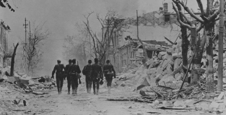 Румынские солдаты на разрушенной улице Севастополя. 1942 г.