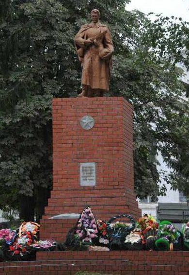 с. Большое Солдатское. Памятник, установленный на братской могиле, в которой похоронено 202 советских воинов, в т.ч. 51 неизвестный, погибших в марте 1943 г.