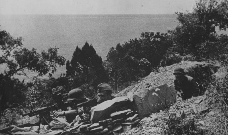 Венгерские солдаты в окопе под Новороссийском. 1942 г.