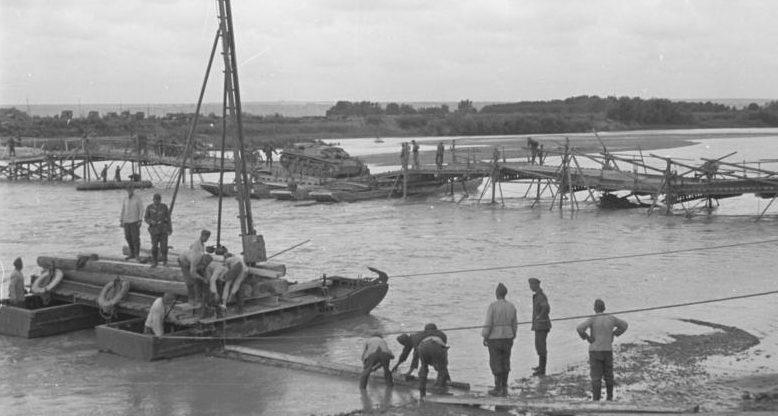 Румыно-германские войска переправляются через реку Прут. 22 июня 1941 г.