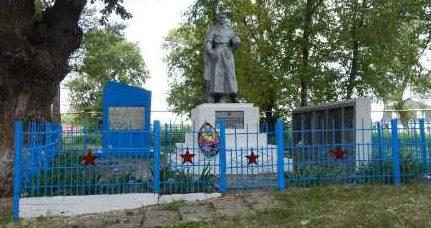 с. Павловка Обоянского р-на. Памятник, установленный в 1963 году на братской могиле, в которой захоронено 73 советских воинов, в т.ч. 25 неизвестных.