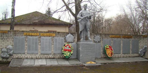 п. Коренево. Памятник по улице Орджоникидзе, установленный в 1978 году на братской могиле, в которой похоронен 321 советский воин, в т.ч. 58 неизвестных, погибших в марте 1943 г.